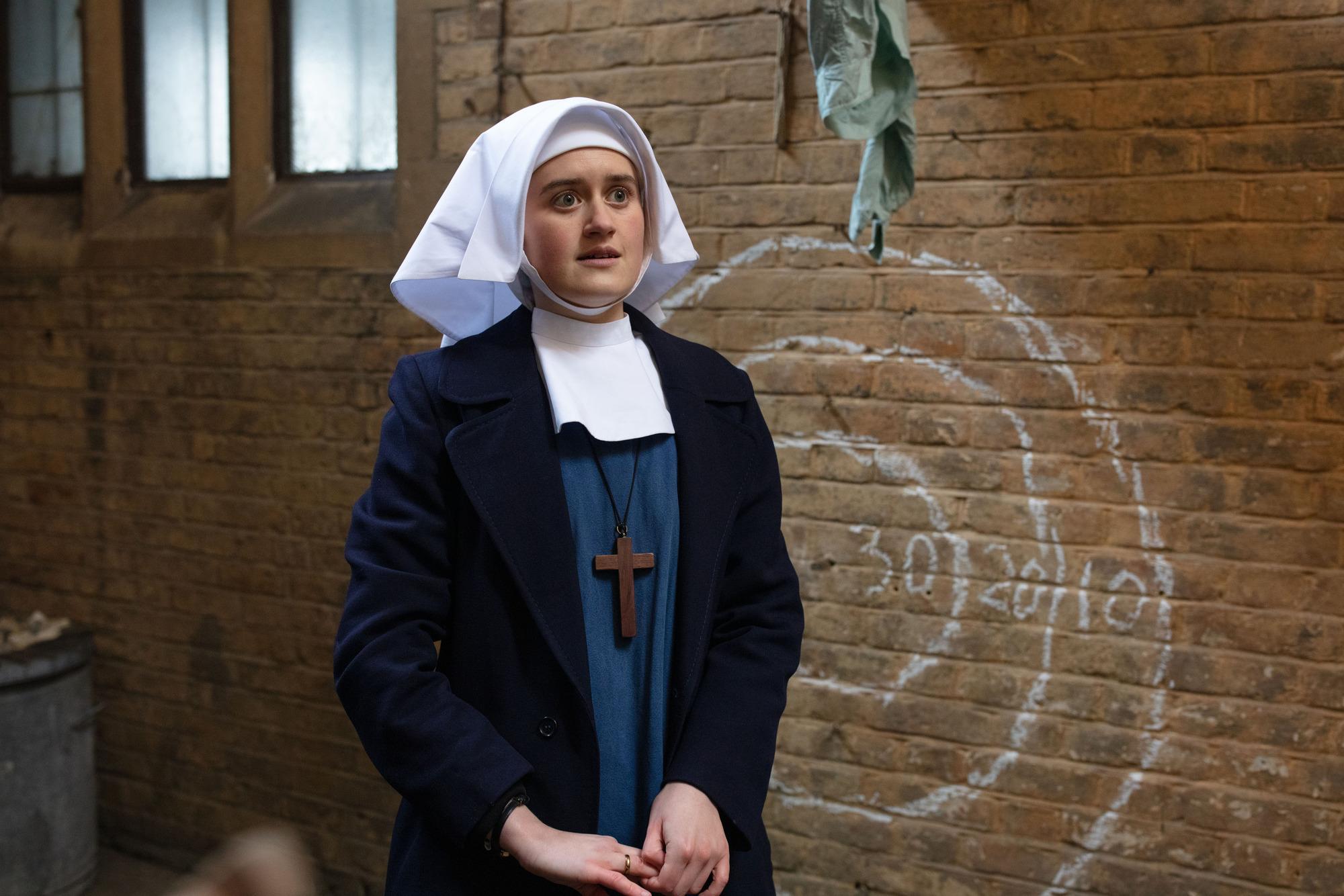 La hermana Frances llama a la comadrona