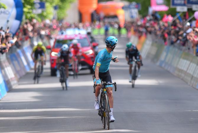 Pello Bilbao looks back to check his gap before celebrating